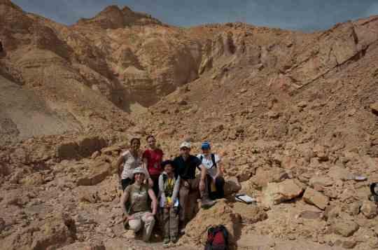 Foto bersama teman-teman disalah satu Sesar utama (Main Border Fault) yang mengontrol struktur geologi di daerah Wadi Hommur (Gurun Sinai).